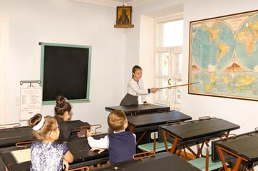 Учительница ведет урок в классе.