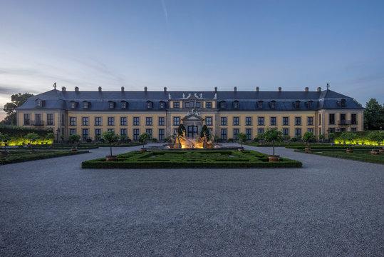 Germany, Lower Saxony, Hanover, Herrenhaeuser Gaerten, Orangenparterre Gallery and Neptune Fountain in the evening