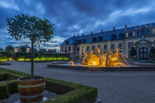 Germany, Lower Saxony, Hanover, Herrenhaeuser Gaerten, Neptune Fountain at Gallery, Orangenparterre in the evening