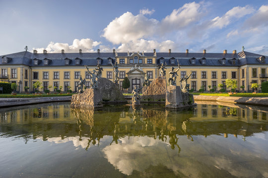Germany, Lower Saxony, Hanover, Herrenhaeuser Gaerten, Neptune Fountain and Gallery, Orangenparterre