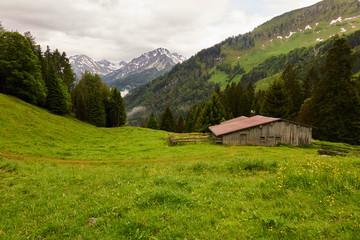 Berghütte in den Allgäuer Alpen im Frühling