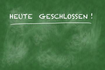 "Aufschrift: ""Heute geschlossen"" auf einer grünen Tafel mit Kreide geschrieben"