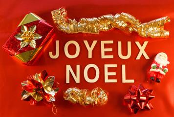 Joyeux Noël et décorations de Noël sur fond rouge