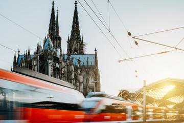 Zug verlässt den Kölner Bahnhof