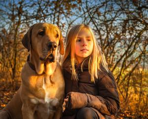 Beste Freunde Mädchen und Broholmer im leuchtenden Herbstwald