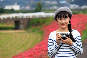 彼岸花とカメラ女子