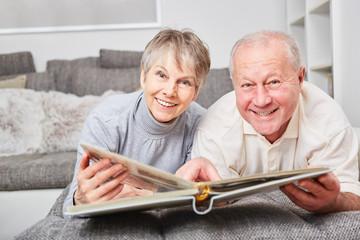 Glückliches Senioren Paar mit Fotoalbum