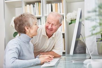 Senioren Paar lernt Umgang mit dem PC