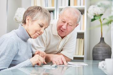 Senioren rechnen Kassenbuch aus