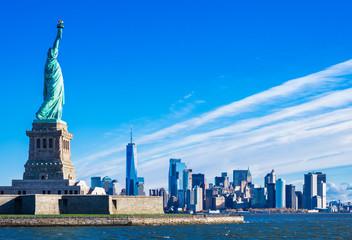自由の女神とマンハッタンの摩天楼