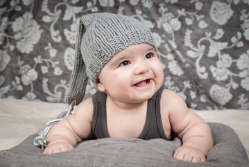 Lächelndes Baby mit Strickschlafmütze