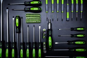Fototapeta Męskie narzędzia. Zestaw śrubokrętów i wkrętaków na ciemnym tle. obraz