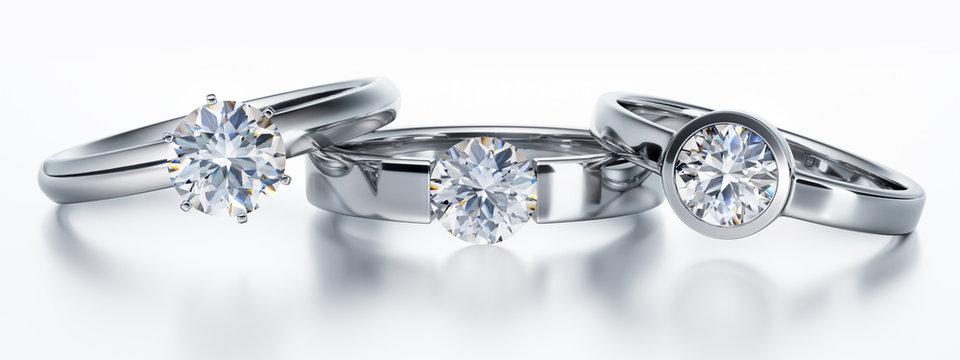 3 Solitär-Diamantringe liegend auf Weiß