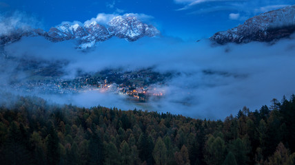 Nebel über dem Tal  am Stadt Cortina in Italien