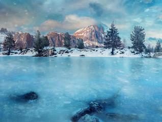 Wunderschöne Winterlandschaft am Lago di Limides in den Dolomiten in Italien