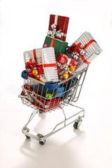 Einkaufswagen mit Weihnachtsgeschenken (symbolisch)