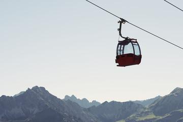 Bergbahn am Seil, in der Luft mit blauem Himmel