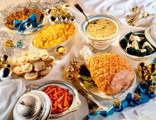 TRADITIONAL CHRISTMAS DINNER TABLE SETTING