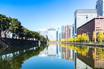 (東京都ー都市風景)お濠水面に映る丸の内オフィス街の秋9