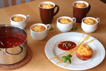 Spaghetti Muffins, Kochrezept, Teller und Tassen