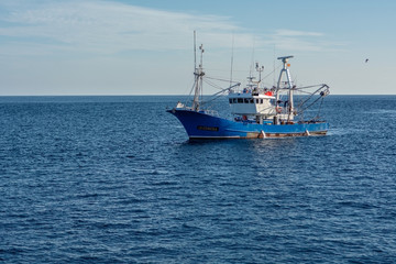 Statek, kuter rybacki na morzu