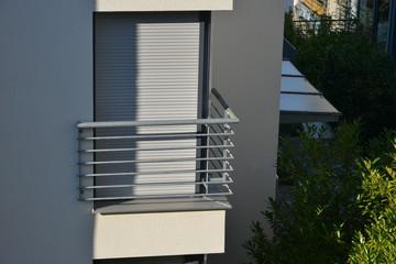 Metallbalkon an einem Wohngebäude