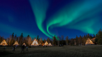 Photo sur Aluminium Aurore polaire Many lightup Tipi with Aurora Borealis at Yellow Knife