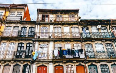 Typische Häuserfassade im Stadtteil Ribeira in Porto