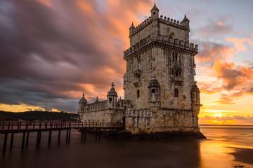 Sonnenuntergang hinter Torre de Belém in Lissabon