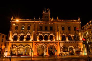 Beleuchteter Bahnhof Rossio in Lissabon bei Nacht