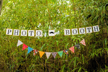 Banderole de photobooth dans un jardin