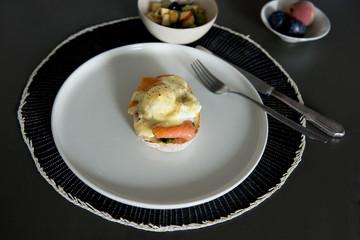 Frühstuck, pochiertes Ei, Brötchen