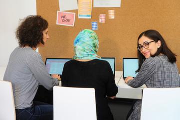 Frauentrio beim Programmieren