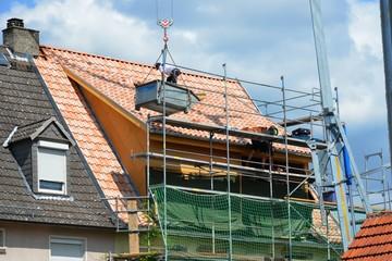 Altbausanierung: Neueindeckung und Windisolierung des Dachs eines alten Hauses
