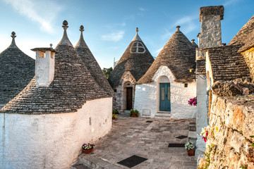 Stores à enrouleur Con. ancienne View of Trulli houses in Alberobello, Italy
