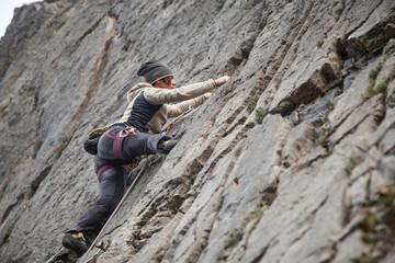 Poster de jardin Alpinisme giovane donna pratica l'arrampicata sportiva