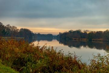 Paysage sur le fleuve de la Moselle un matin en Automne