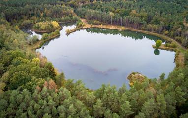 Kleiner Angelsee im Waldgebiet, Luftbild