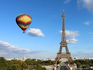 Poster de jardin Paris Eiffel Tower with Hot Air Balloon
