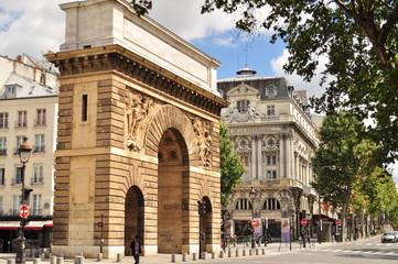 rues et porte Saint Denis à Paris