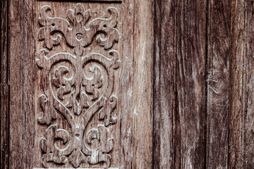 Décoration sculptée sur une porte en bois