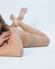 nackte frau in sexy halterlosen strümpfen verdeckt
