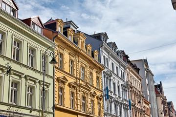 Historische Häuserfassade mit Dachgauben in Karlovy Vary, Tschechien