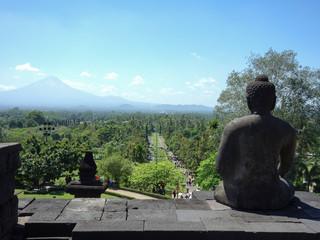 山を眺めながら平和を祈っているインドネシアの寺院にある像