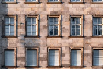 altes Gebäude Fassade mit vielen Fenstern
