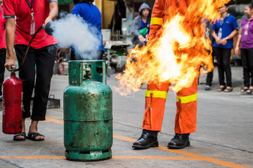Employees firefighting training,Extinguish a fire at the gas cylinder.