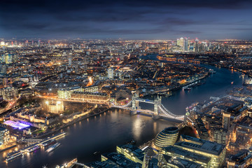 Fotomurales - Panorama von London am Abend: von der Tower Bridge bis zum Finanzzentrum Canary Wharf