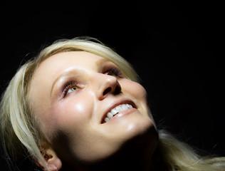 Lächelnde Frau auf schwarzen Hintergrund