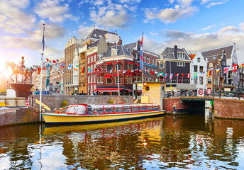 Fototapete - Amsterdam Channel, Netherlands. Traditional dutch houses, bridge