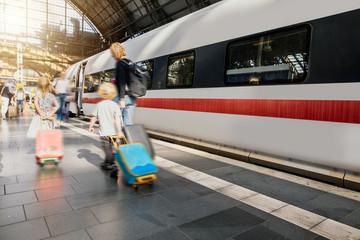Familie ist auf der Reise mit Gepäck am Bahnhof Wall mural